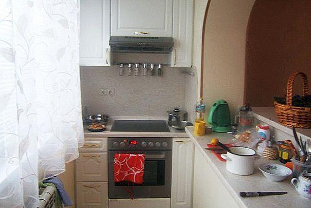 Область бывшего подоконника используется в качестве рабочей кухонной столешницы