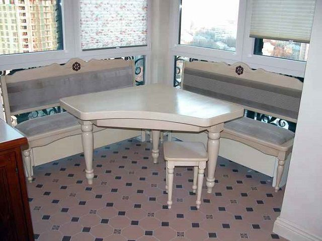 На балконе размещена только комфортная обеденная зона кухни