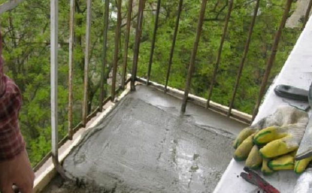 Заливка выравнивающей стяжки на балконной плите