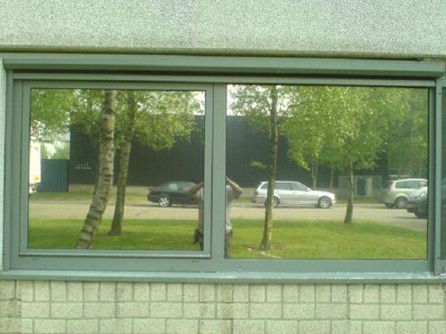 В окнах, как в зеркале, отражается весь окружающий пейзаж