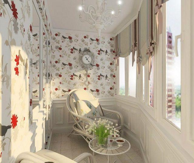 Богатое оформление балкона с комплексным использованием отделочных материалов