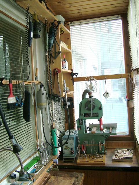 А это уголок для любителя столярных и слесарных работ – компактная мастерская