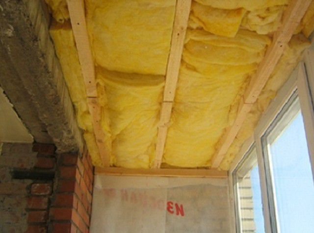 Потолок утепляется минеральной ватой