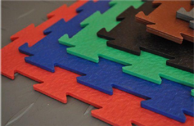 Вполне практичное покрытие, особенно для летнего периода эксплуатации, получается из пластиковых модульных плит