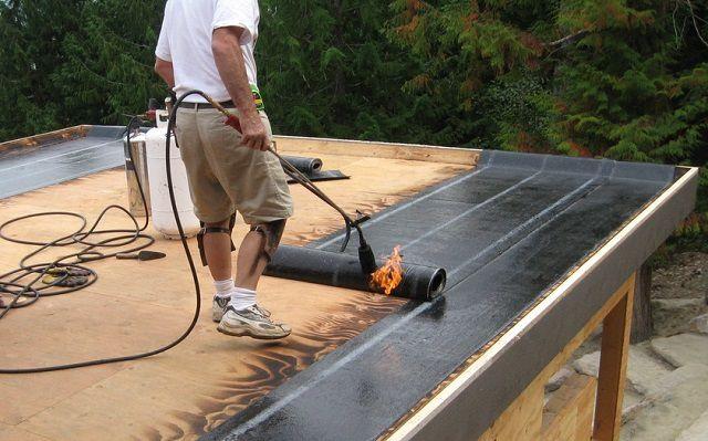 Наплавление рулонного материала, имеющего на тыльной стороне специальный слой, защищенный тонким пленочным покрытием