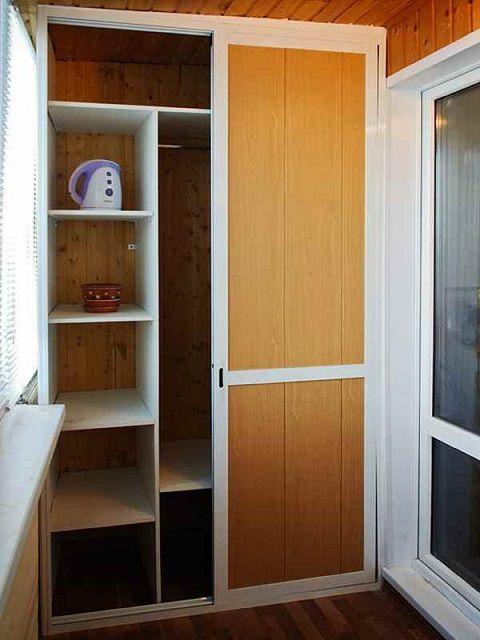 Удобный шкаф с раздвижными дверями-купе
