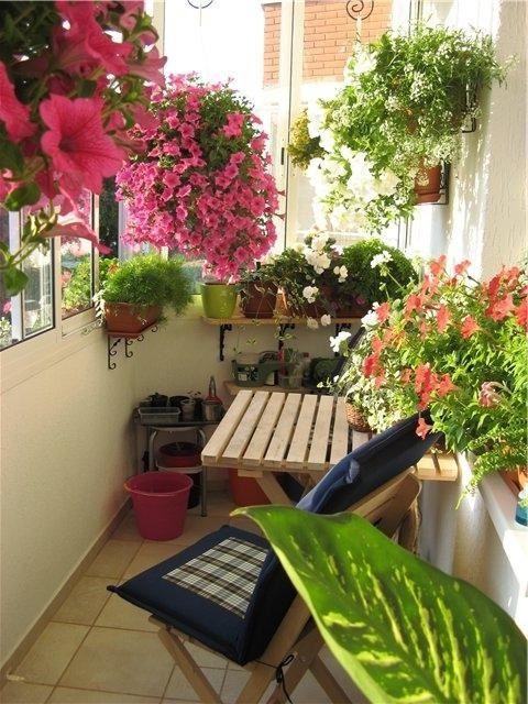 Такой балкон в зимнюю пору будет хорошим напоминанием об уютной дачной беседке