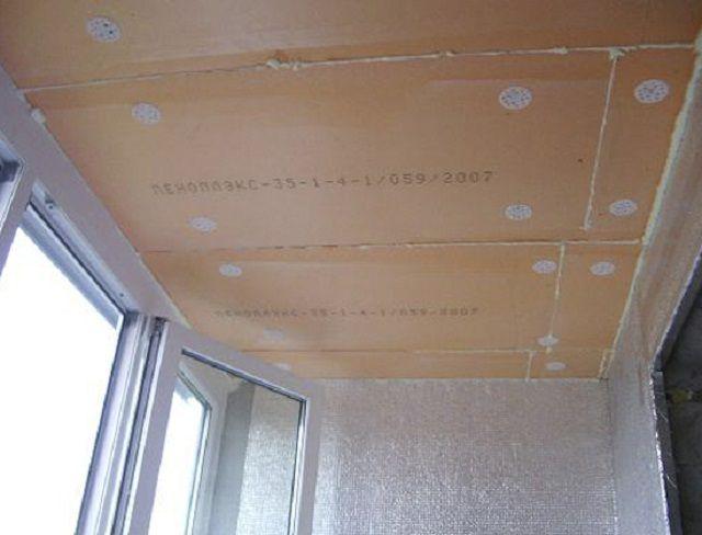 Потолок на балконе обычно также нуждается в утеплении