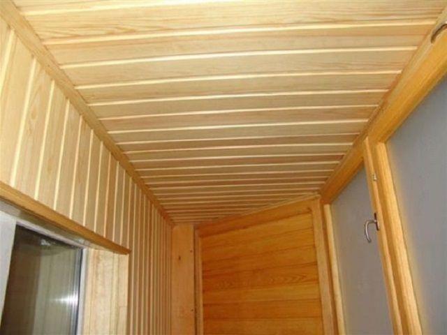 В отделке потолка на балконе допустимы различные варианты