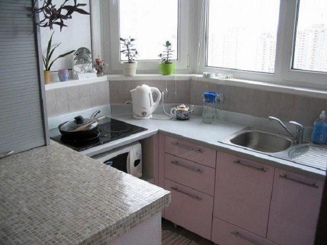 Вариант с выносом на балкон рабочей зоны кухни