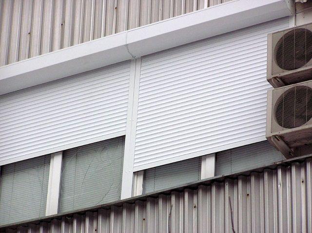 Оптимальный цвет внешней стороны роллет – белый, так как он менее других поглощает тепло солнечных лучей
