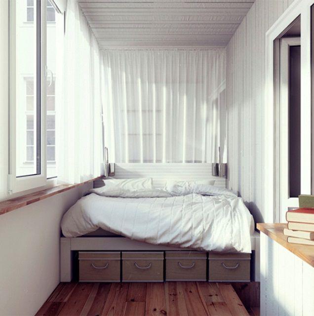 При качественной термоизоляции и организации отопления на балконе, вполне можно оборудовать и небольшую спальню