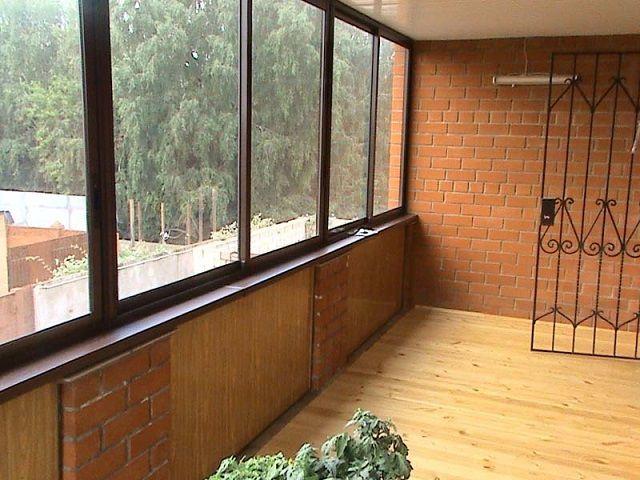 Если балкон не планируется эксплуатировать зимой, то можно ограничиться холодным остеклением