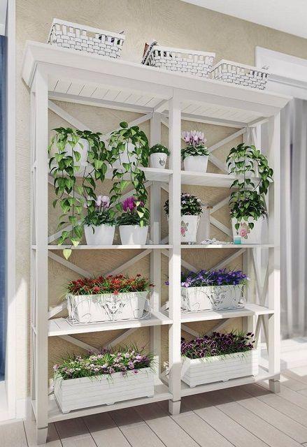 Характерный для «прованса» шкаф-этажерка, служащий отличным местом для размещения цветов