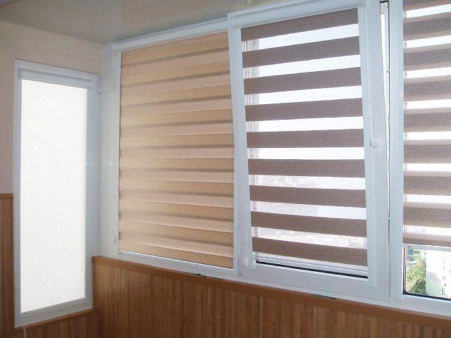 Шторами «день-ночь» удобно регулировать поступление света на балкон в зависимости от погоды на улице
