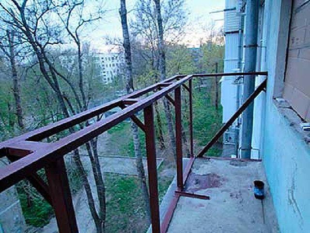 Балкон расширяется только в верхней части, за свет выноса в районе подоконника остекления