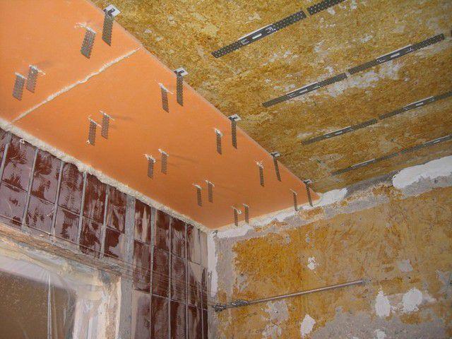 На продетые через плиты утеплителя подвесы спокойно можно монтировать каркасную конструкцию для гипсокартонного потолка.