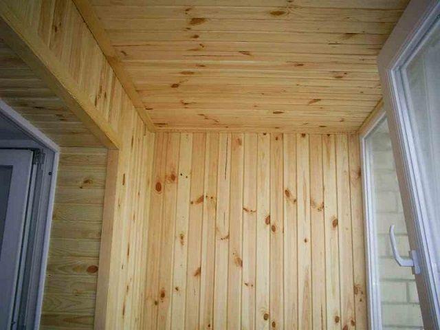 Натуральная деревянная вагонка – один из лучших вариантов отделки для балкона