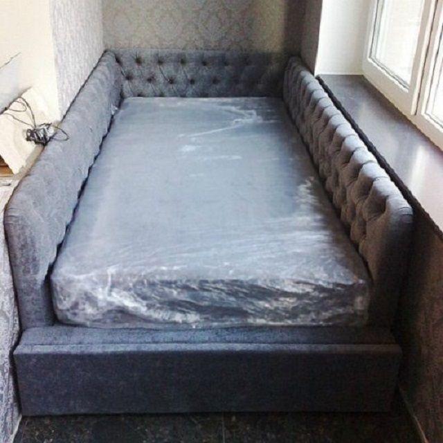 Подобная кровать специально рассчитана под установку на балконе или лоджии