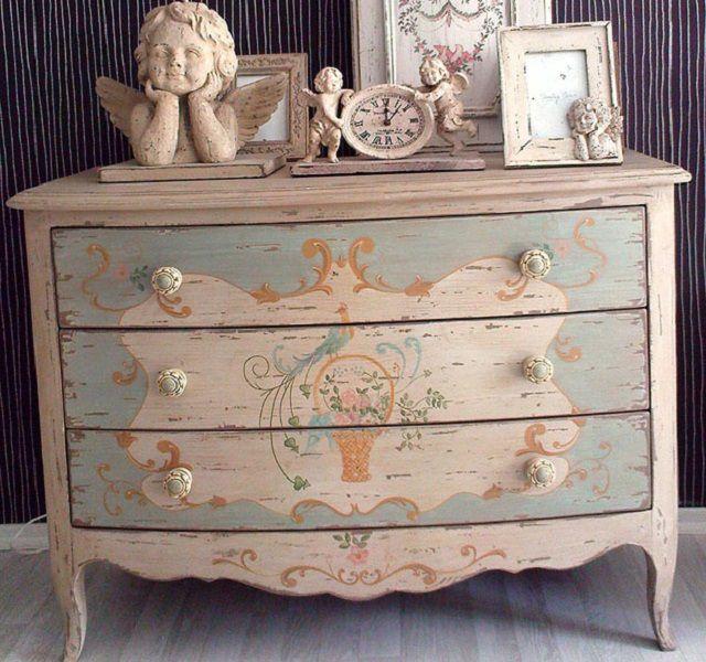 Применение краски, незатейливой резьбы, несложных расписных узоров цветочной тематики – характерные черты мебели в стиле «прованс»