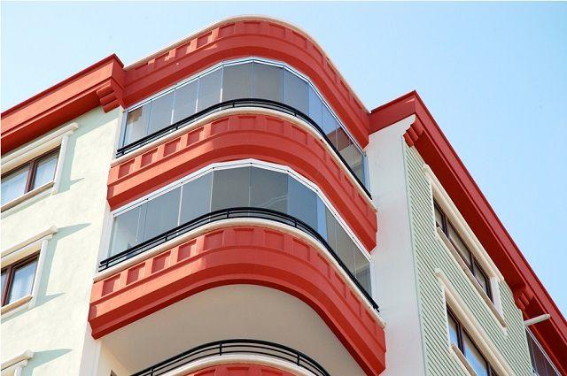 Современные проекты многоэтажек предполагают балконы или лоджии самых разных конфигураций