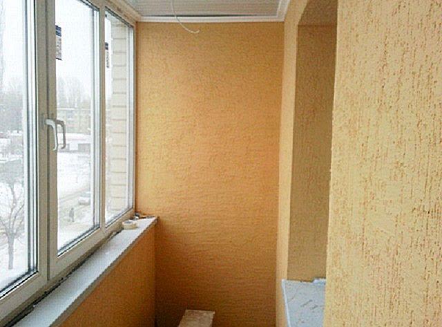 Балкон вполне можно красиво отделать декоративной штукатуркой