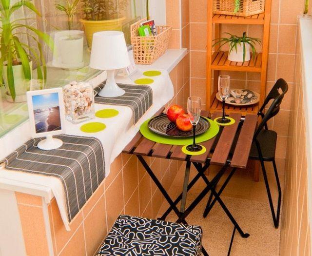 Для отделки этой «мини-столовой» на балконе использована керамическая плитка