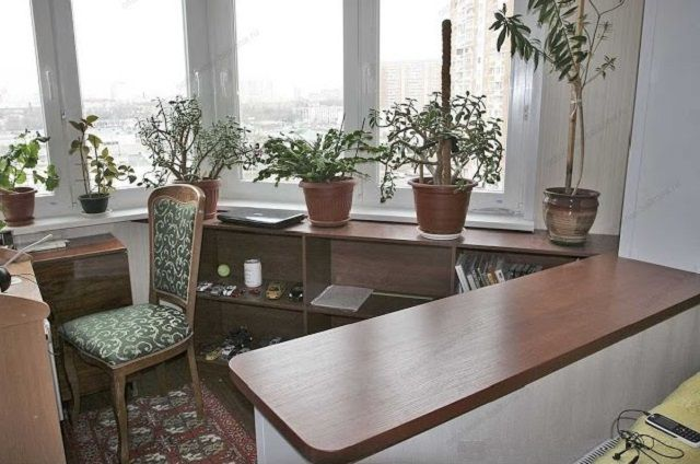 Балкон-«утюг», объединенный с основной жилой комнатой и перенявший стиль ее отделки