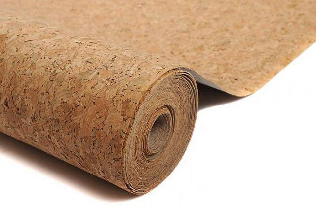 Оклейка стен пробковыми обоями способна замаскировать небольшие дефекты поверхностей