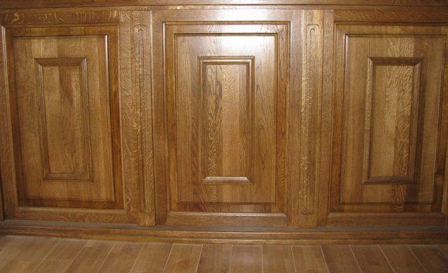 Более дорогой как по стоимости, так и по внешнему виду, является отделка натуральными массивными деревянными панелями