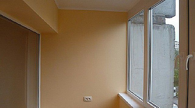 Ровные окрашенные стены вполне могут украсить любой балкон