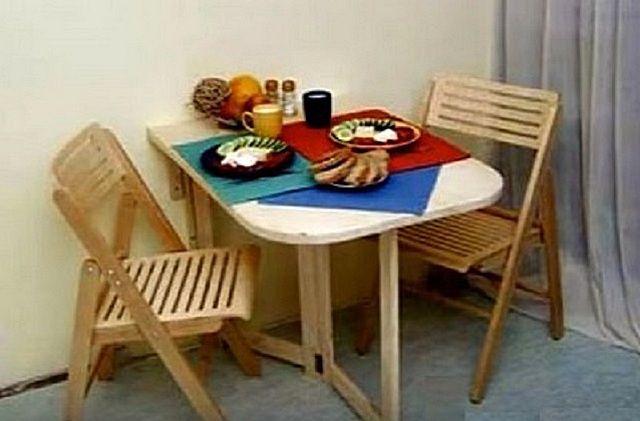 Такой стол на балконе вполне может использоваться даже в качестве обеденного