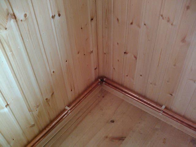 Медные трубы в деревянном доме, проложенные открыто, не кажутся чужеродными