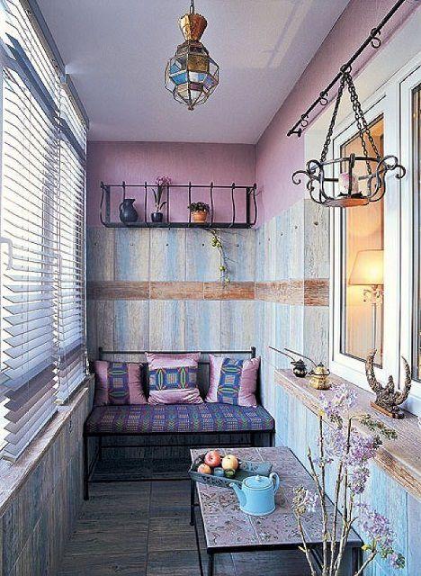 В данном интерьере основной акцент сделан на «лавандовые» оттенки оформления балкона