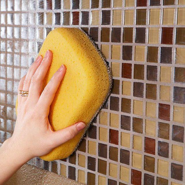 смачивание поверхности мозаики целлюлозной губкой