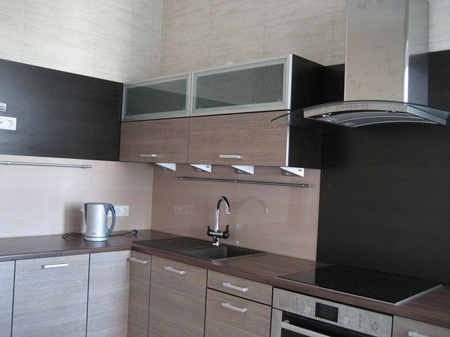 В кухне со столешницей и фартуком из керамогранита навести порядок проще всего