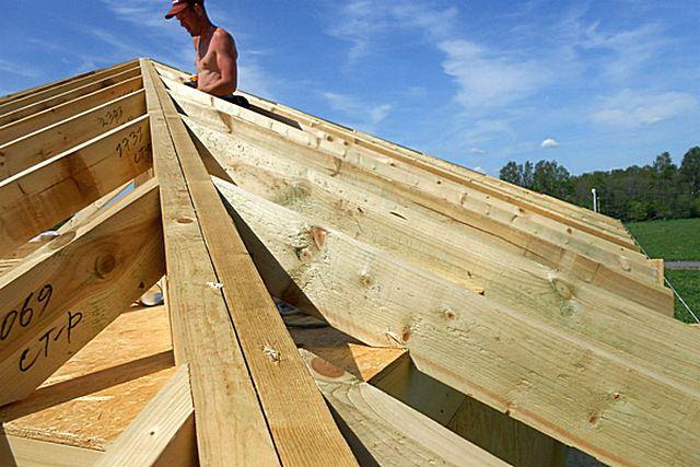Сращенные вдвое доски накосных стропильных ног шатровой крыши