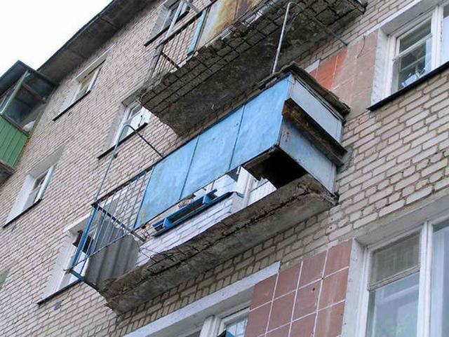 Балконные плиты, подвергнувшиеся обширной эрозии железобетона, превращаются в источник чрезвычайной опасности