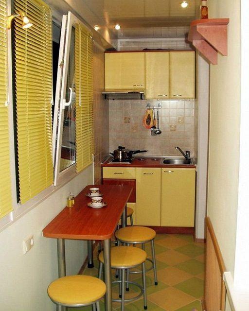 А в этом варианте практически вся кухня оказалась на лоджии, включая плиту и мойку