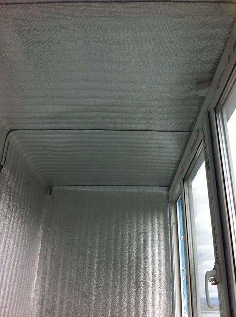 Пенофолом нередко закрывают вообще все утепляемые на балконе поверхности – потолок, пол, стены