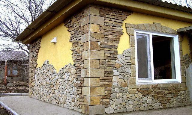 При отделке можно сочетать различные формы блоков искусственного камня
