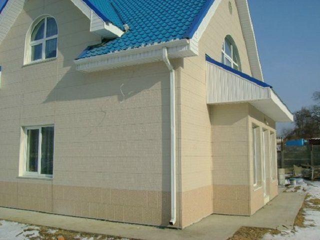 Фасад дома отделан металлическими панелями с полиэстеровым покрытием
