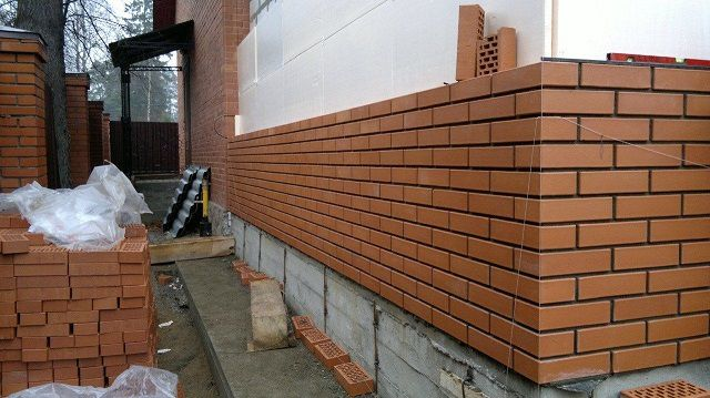 Чтобы переходить к окончательной отделке фасада дома, необходимо соблюсти несколько требований