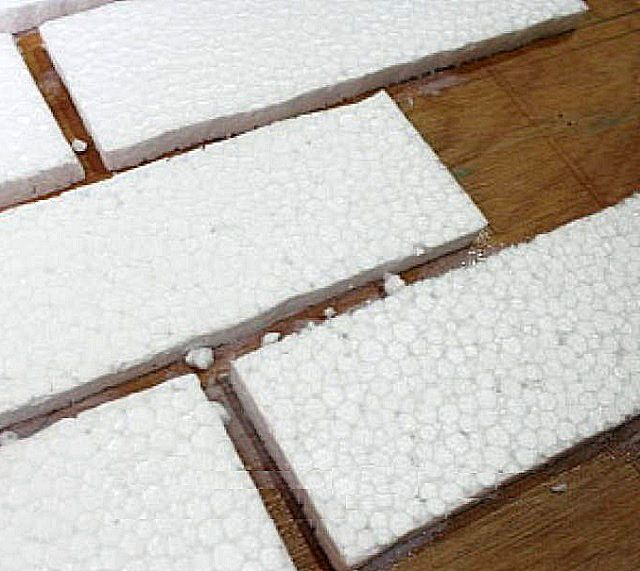 Нарезанные прямоугольники пенополистирола – это будущие «кирпичи» отделки