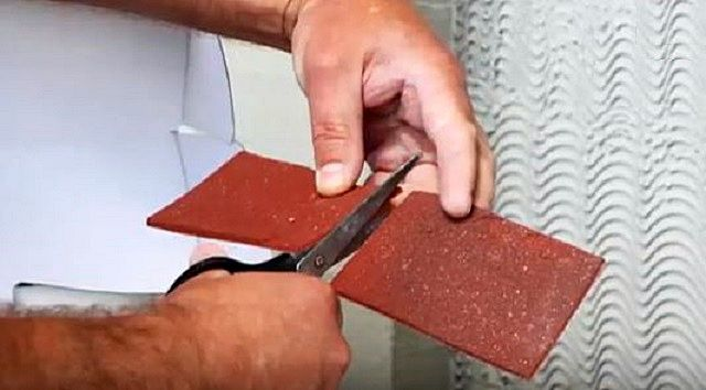Вырезать плитку в необходимый размер несложно – с этим справятся обычные большие ножницы