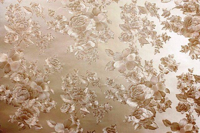 Тисненый рельефный рисунок на поверхности виниловых обоев