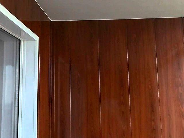 Стена обшита ламинированными панелями МДФ