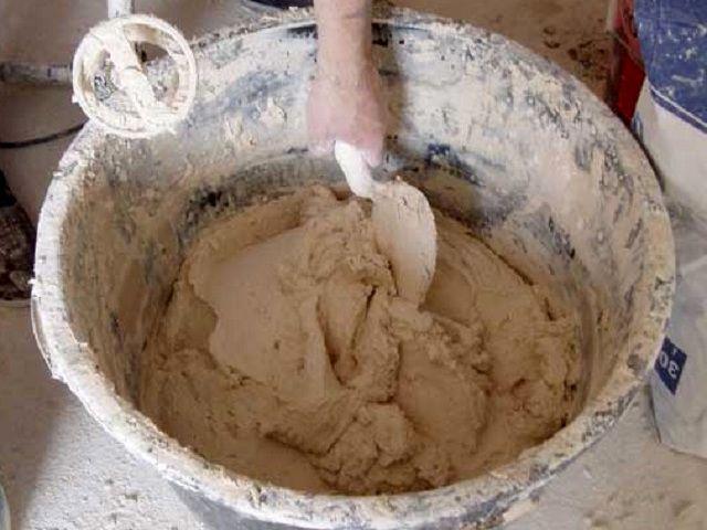 При необходимости в глиняный раствор добавляют известь или цемент