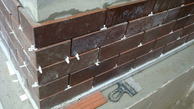 Если фасад из кирпича сделать невозможно, то можно найти достойную альтернативу - клинкерную плитку под кирпич