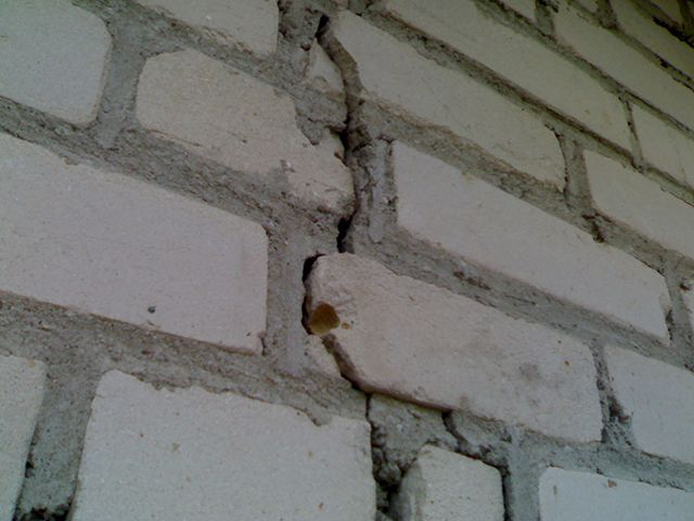 Такие трещины нельзя замазывать без выяснения и устранения причин их появления